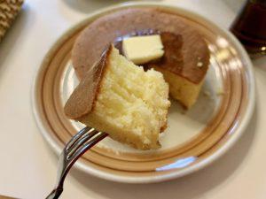 この厚さのホットケーキをこのように焼き上げるのに30分かかるのは納得