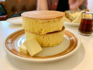 約4cmの厚さのホットケーキが2枚重なっています。