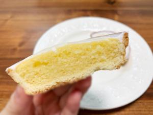 スポンジ生地はしっとりしていて、甘酸っぱいレモン風味です。 一方、全体にかかっているシュガーコーティングは甘いので、レモンの甘酸っぱさを際立たせてくれます。