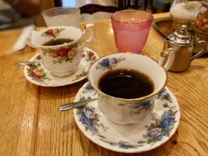 サイフォンというフラスコのような機器を使って入れたコーヒー。 注文してから豆を挽きサイフォンでコーヒーを淹れます。