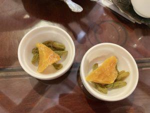 お茶を頼むとドライフルーツ も一緒についてきます。 今回はドライマンゴーと干しぶどうでした。