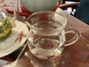 急須に直接お湯を注ぐのではなくピッチャーにお湯を入れて少しお湯を冷まします。 緑茶は少し冷ましたお湯(80℃~)を使った方がいいんだそうです。