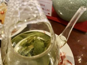 淹れたての茶葉がいい香りで、定員さんが香りをかがせてくれました。