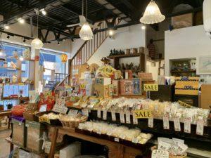 1階はお土産ショップになっていて、約100種類の中国茶や茶器などが並んでいます。