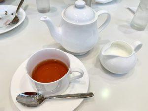 セットの紅茶はポットでの提供。ミルクかレモンか選べます。