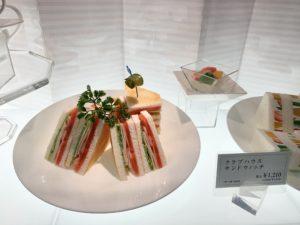 通常サイズのクラブハウスサンドウィッチは税込¥1,210。