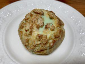 シュークリームの表面はクッキー生地で硬めの仕上がり。