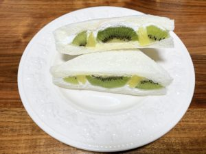 キウイはまるごと1個使っていそうなボリューム感です。 こんなにフルーツがしっかり入っているフルーツサンドはあまりないですよね。