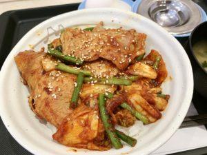 豚肩ロース肉、キムチ、ニンニクの芽がたっぷりの豚キムチ丼。