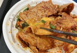 玉子がまろやかで甘味があるので、黄身と一緒に食べるとキムチの辛さがマイルドになります。