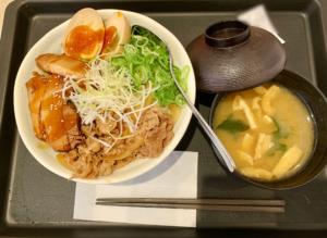 牛丼のお肉、豚角煮、特製味付け玉子を贅沢に盛り付けたメニュー。