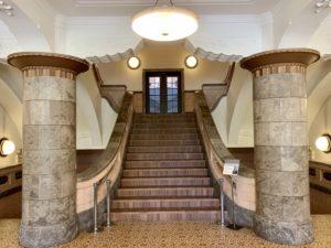建物内に入ってみると内部もクラシック。大階段には圧倒されました。