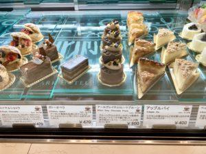 ケーキセットはケーキショップのショーケースに並んだケーキから選ぶことができます。