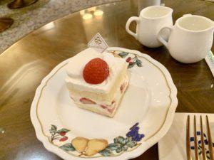 フレジェは苺のショートケーキです。スクエア型の上品なショートケーキ。