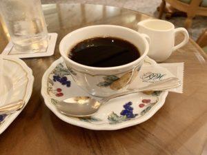 ホットコーヒーは濃いめ。たっぷりのミルクを入れてマイルドに。