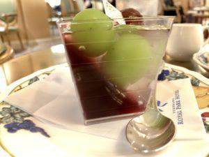 ゼリーはぶどうゼリーとレモン風味のクリアゼリーの2層。 ゼリーの食感も違って、食感も楽しめるスイーツでした。