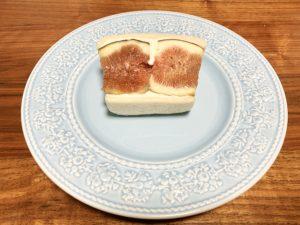イチジクがドーンと大胆にサンドされたサンドイッチ。 半分にカットされたイチジクが2切れ入っています。
