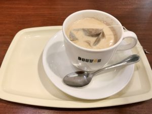 ドトールのカフェインレスのカフェ・ラテは、カフェインレスコーヒーでつくったカフェラテです。スチームしたミルクにコーヒーパックを入れて作ります。