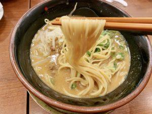麺はこってりなどと同じ麺で普通の細さ。 こちらの麺もスープと絡んで美味しい。