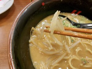 具材はもやし、ひき肉、ねぎ。 味噌スープが具材に絡んで美味しいです。