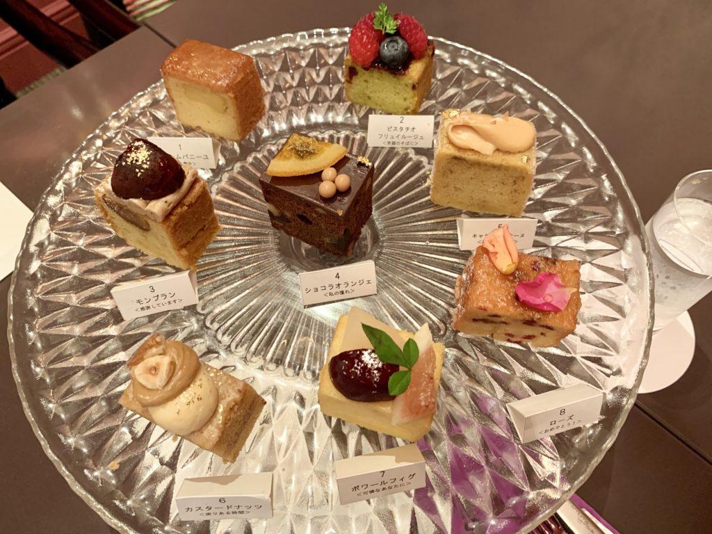 パウンドケーキのセットは、実際に見本を持ってきてくれて8種類の中から好きなケーキを選べます。