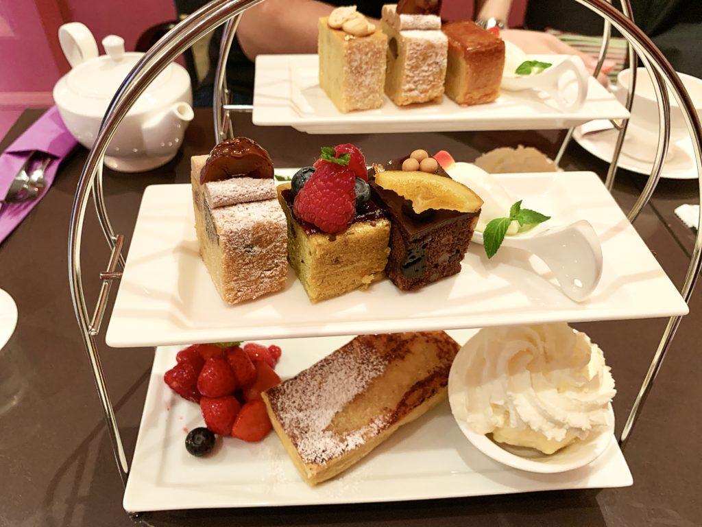 2段で運ばれてきたフレンチ&ケーキセット。 上段にはパウンドケーキ、下段にはフレンチトーストがのっています。