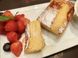そのままのフレンチトーストを味わったり、酸味のあるベリー を添えて食べたり、いろいろと楽しめるフレンチトースト。