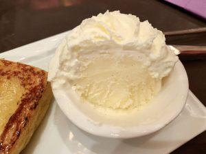 添えられていたホイップクリーム。 ホイップクリームの下にバニラアイスが隠れていました。