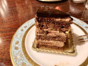 苺とブルーベリーとラズベリーがのったチョコケーキ。アーモンド風味のショコラ生地とチョコレートクリームと苺が交互にサンドされています。