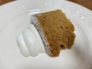 真ん中に入っているのは紅茶のホイップクリーム。 シフォンケーキの上にのっている白いホイップクリームと比べて甘さは控えめですが、紅茶の風味がしっかりします。
