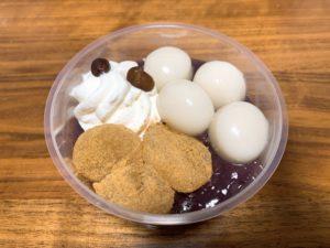 もっちり白玉、わらび餅、黒豆が添えられたホイップクリームが粒あんの上に贅沢にのっています。