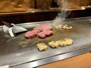 メインの鉄板焼ステーキ! 目の前の鉄板で焼いてくれるので、作る過程も見れて楽しいです。