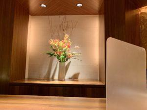 高級感と清潔感に溢れた店内はテーブル席が2つ、他はカウンター席となっていました。