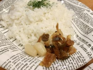 テーブルにはらっきょうと福神漬けはカレーの合間に食べると美味しい。