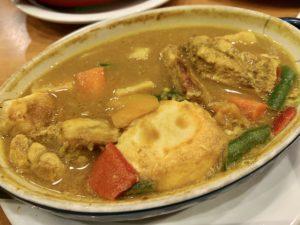 スリランカ風カレーはスパイスが効いている辛口のカレー。