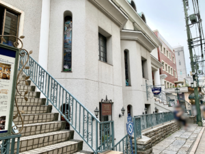 元町ショッピングストリートである元町通りから1本入った元町仲通りにある白い洋館の建物です。
