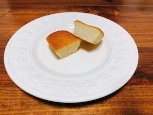 切ってみるとこんな感じで、シンプルなフィナンシェです。生食感というだけあって、パサつきがなくしっとりした密度の高いフィナンシェです。食べてみるとやっぱりしっとり。