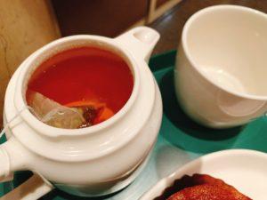 グリーンルイボスフルーツティーはポットでの提供です。 お湯がなみなみと入っているのでマグカップ2杯分楽しめます。