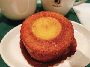 プロントのケーキと言ったらこのブリュレ in バウムというくらい人気の定番ケーキです。 バウムクーヘンの真ん中にクレームブリュレのようなクリームが詰まっています。