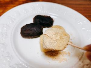 きな粉餅。きな粉は国産大豆を使用しています。 豆の煎り方や挽き方にこだわったきな粉できめ細やかです。