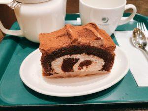 チョコ好きにはたまらない生チョコのロールケーキ。 ココアスポンジのロールケーキにチョコレートホイップとココアパウダーをトッピングして、どこまでもチョコを楽しめるロールケーキになっています。