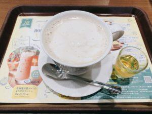 とろける北海道ミルクコーヒー~はちみつ添え~のベースはたっぷりの北海道牛乳を使用したホットカフェオレ。 その上に濃厚な甘さの北海道ミルクジャムとホイップをあわせたオリジナルのミルキーホイップをトッピング。
