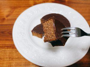 バウムクーヘン生地にもチョコレートを練り込んだチョコづくしのバウムクーヘン。 一口食べるとカカオのいい香りとビターなチョコレートの味が口の中に広がります。