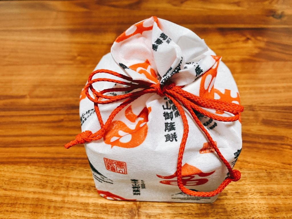 今回は田子の月の定番のお菓子のひとつ、富士山御蔭餅(ふじさんおかげもち)を食べてみます。