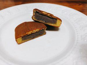 中には田子の月特製のこし餡(皮むき餡)が入っています。 皮むき餡は皮をむいてから煮る餡で、普通のこし餡よりも色はくすんでいて、口溶けが良いです。