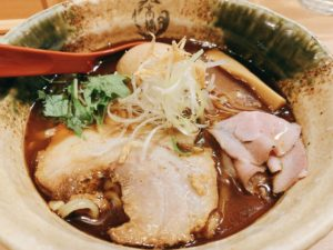 焼きあご100%の香味油により香りも楽しめ、臭みがないです。かなり濃いスープですが、魚介系のためかあっさりもしています。スープは全部飲み干せそうなほど美味しいです。