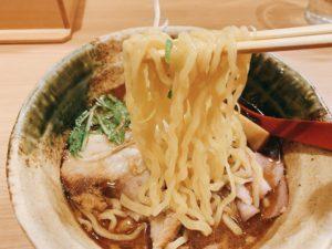 麺は栃木県佐野市の製麺所から取り寄せている縮れ麺。歯応えがあって、もちもち。縮れ麺にスープがしっかり絡みます。