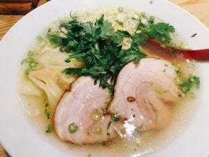 【塩ら〜麺本丸亭】塩ラーメンを実食!チャーシューとワンタン、春菊、ネギのトッピング。