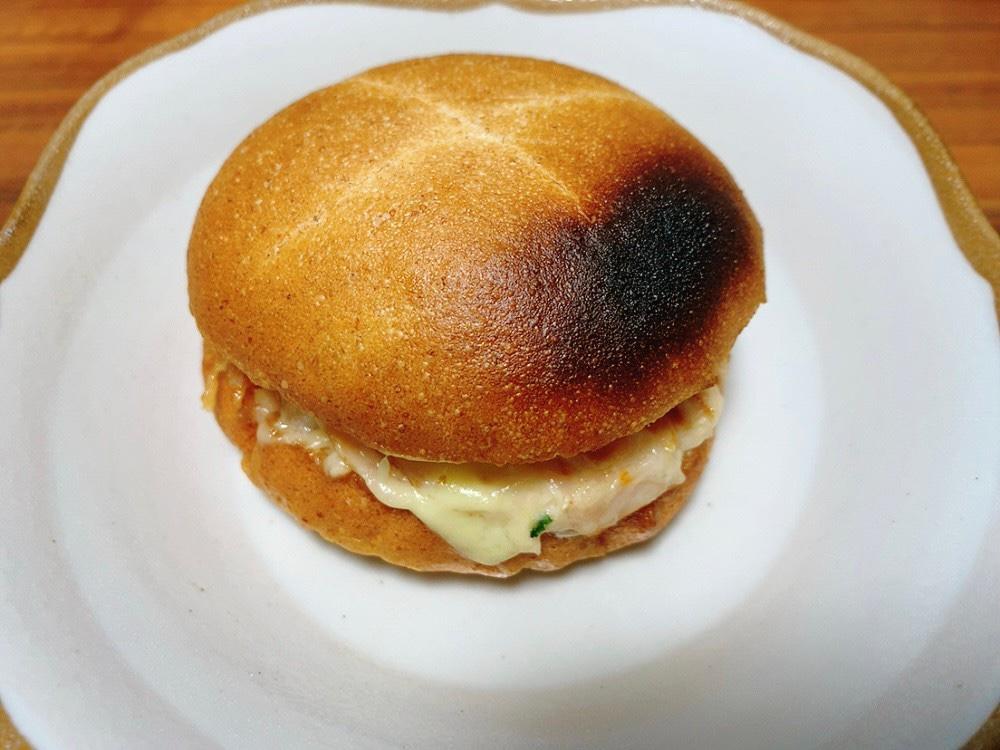 自宅でトーストしたら焦げてしまった Bセットのスモークチキンとタマゴ