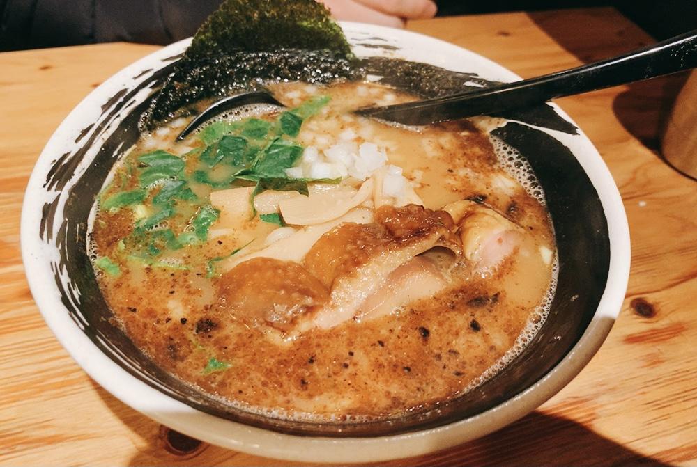 【麺場 浜虎】濃厚ラーメンを実食!〈鶏白湯スープ〉こく醤そば 大盛 820円。